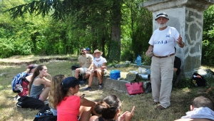 archaeology volunteer presenting his work to archaeological field school